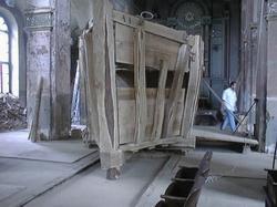 Průčelí prastaré archy, která vznikla na základě dávných řemeslných technik. Autor scénického objektu Petr Růžička.