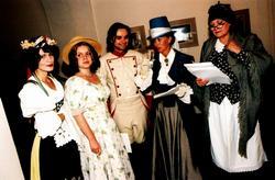 Protagonisté muzikálu Babička. Zleva Ilona Vozničková (Viktorka); Hana Postránecká ml. (Barunka); Richard Pachman (černý voják); Heidi Janků ( kněžna) a Hana Talpová (babička).