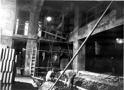 Foto dnes již historické – hlediště v rekonstrukci (Foto archiv divadla)