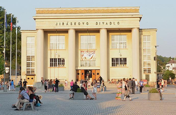 Jiráskovo divadlo (Zdroj: www.jiraskuvhronov.eu)