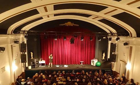 Plný sál Branického divadla (Foto: Vít Drbal)