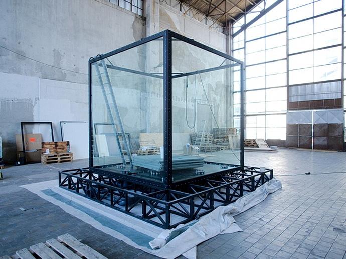 Scéna ve tvaru akvária