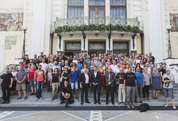 Společná fotografie zaměstnanců před budovou divadla