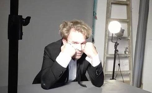 Stanislav Majer při focení plakátu k inscenaci Konzervativec