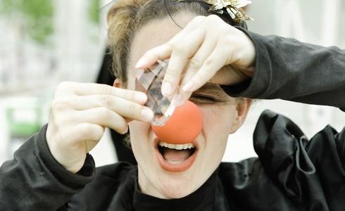 Adéla Laštovková Stodolová v inscenaci Joke Killers