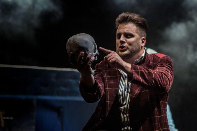 Tomáš Savka v titulní roli Hamleta