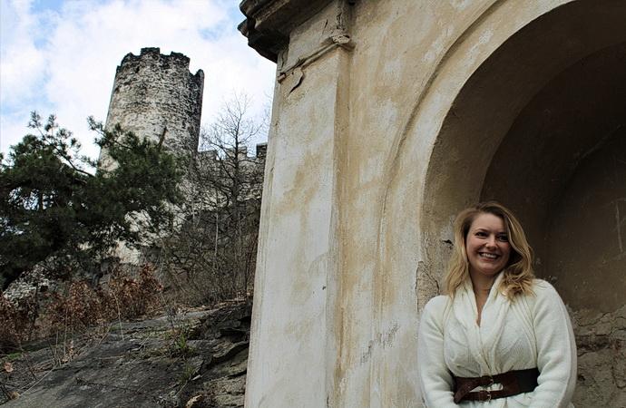 Malvína Pachlová pod hradem Bezděz