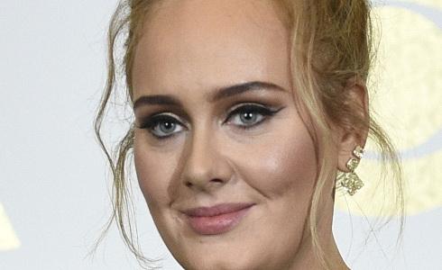 Adele při vyhlášení amerických Grammy 2017