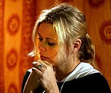 Zpěvačka Nora Grundová ve studiu