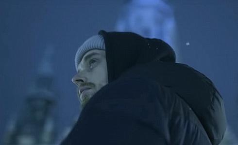 Paulie Garand v klipu Srdce z ledu