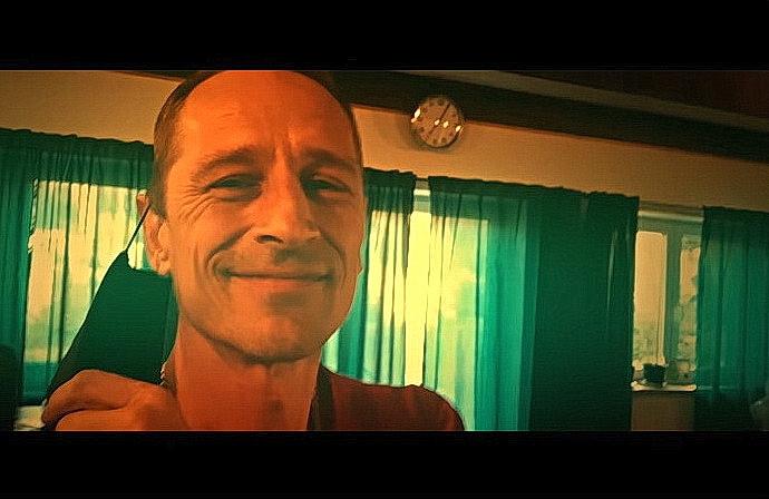 Matěj Homola v klipu Jsme na zkoušce v roušce