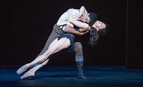 Carmen – C. Acosta a M. Nunez (Foto: T. Kenton)