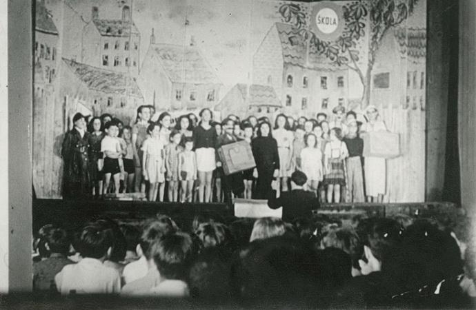 Děti v Terezíně a nestvůra s knírkem