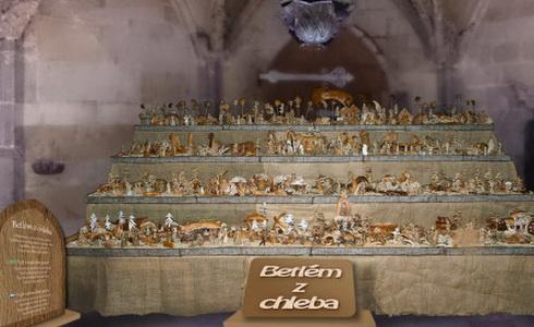 Zpívání koled u chlebových jesliček v katedrále