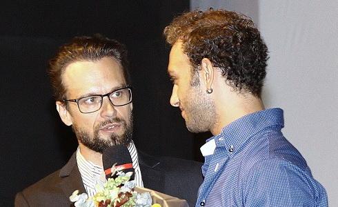 F.Barankiewicz předavá Cenu ředitele, kterou získal G.Rotolo