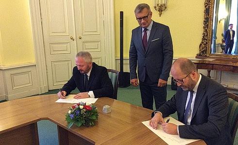 prof.PaedDr.Michal Nedělka a Ing.Daniel Sobotka při podpisu