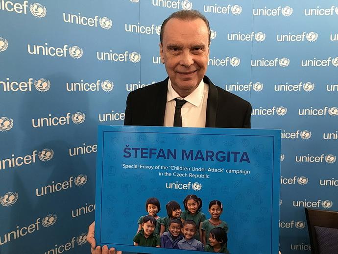 Štefan Margita s certifikátem Fondu ohrožených dětí při OSN