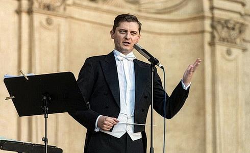 Dirigent Jan Kučera ve Valdštejnské zahradě