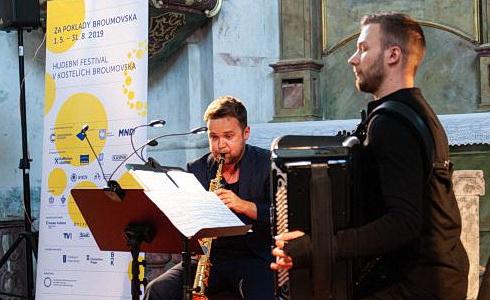 Michal Knot a Bogdan Laketic v kostela sv. Markéty