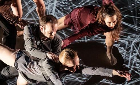 Tanečníci Laterny magiky v ukázce z inscenace Cube