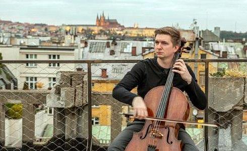 Violoncellista Tomáš Jamník na střeše Lucerny