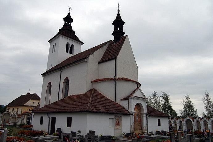Středověký kostel v krajině