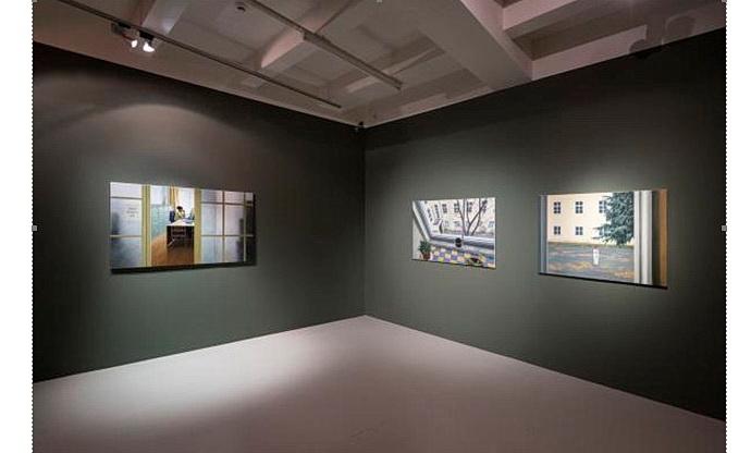 Ve městě. Pohled do výstavy (Foto Jan Slavík, © DOX)