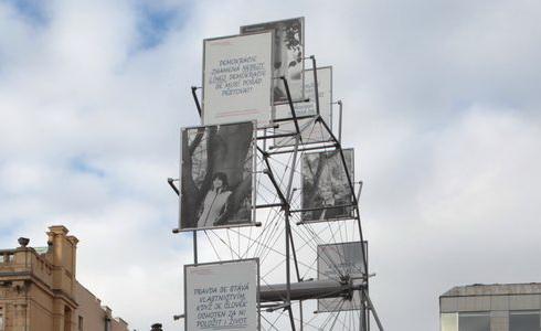 Štafeta s fotografiemi na Václavském náměstí