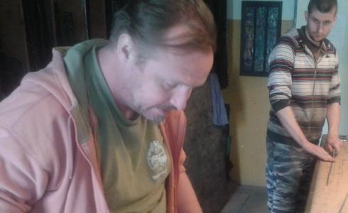 Sklen�� Petr Coufal v pop�ed� vlevo p�i pr�ci
