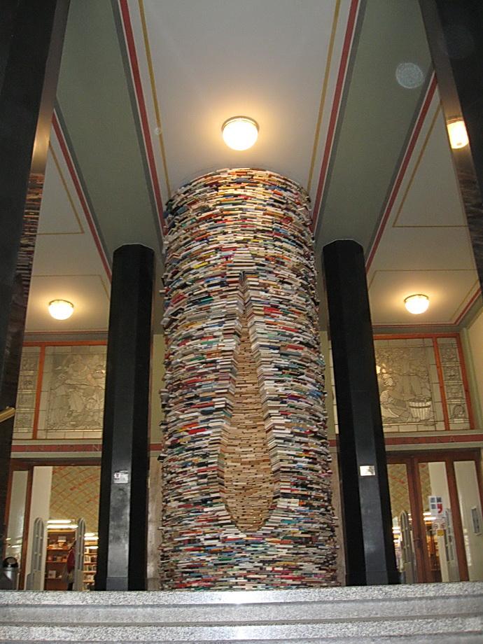 Ústřední knihovna - sloup