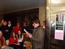 Ve vestibulu metra Můstek  přednášel své ukázky Jaroslav Rudiš.
