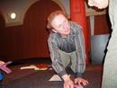 Jaroslav Dušek podepisuje program jednomu z návštěvníků.