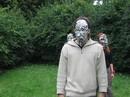 Masky vyrobené z aluminiových tácků na grilování.