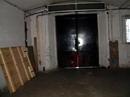 Vrata, kterými se navážejí kulisy ze skladu.