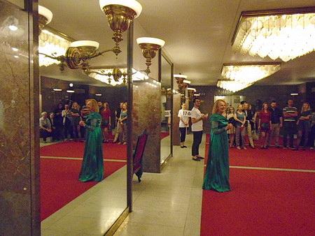 Iva Janžurová vítá diváky ve foyeru šaten ND