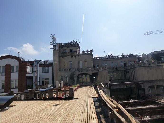 Celkový pohled na monument víceúrovňových střech nad Lucernou.