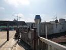Ke střechám neodmyslitelně patří technologi, v pozadí kopule Národního muzea.