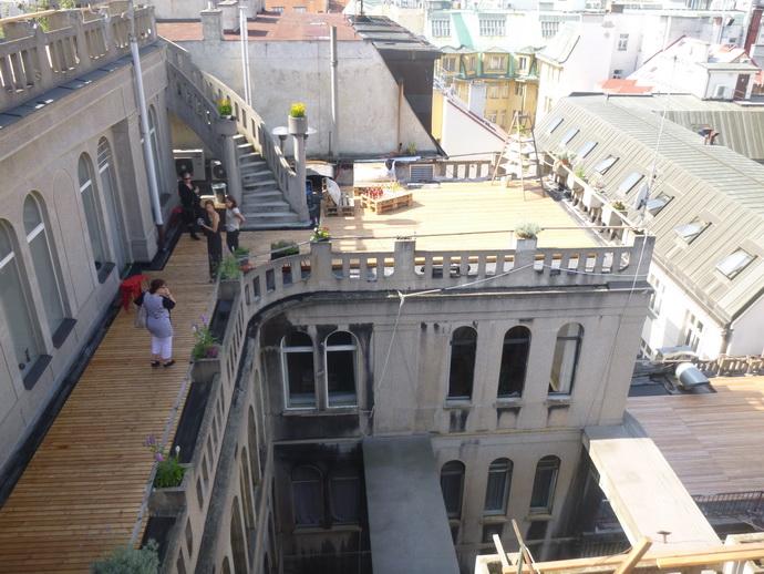 Pohled z ptačí perspektivy na nižší úroveň střech.