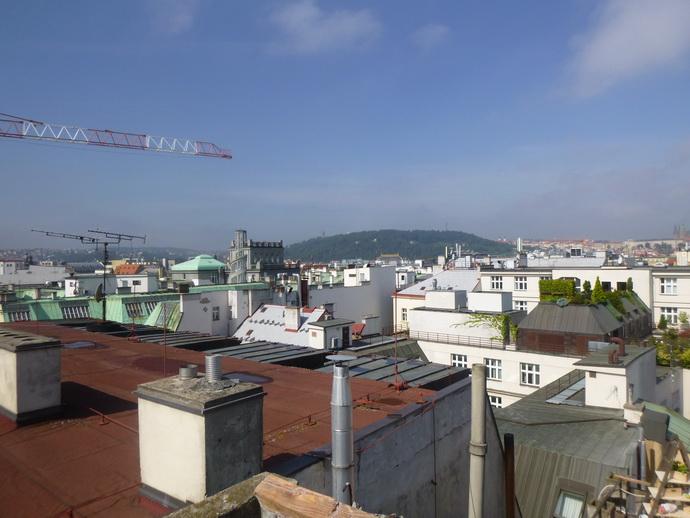 Pohled směr Petřín se střechou Národního divadla.